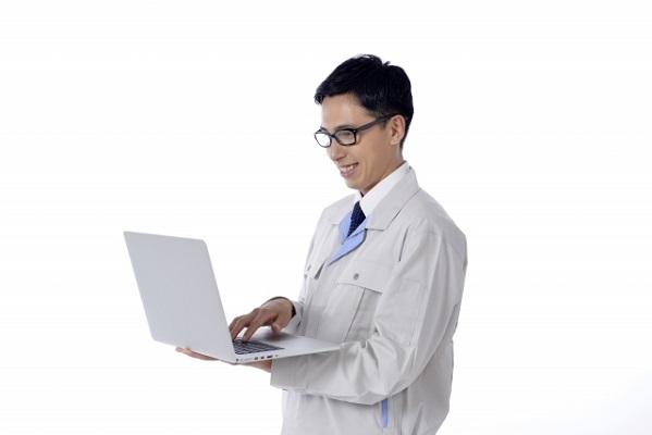 パソコンを見ながら笑う男性